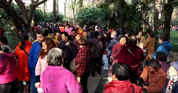 Visita a un mercadillo de solteros en China