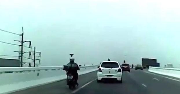 Un motorista alemán pierde el control cae desde un paso elevado en Bangkok (Vídeo)