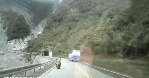 Terrible: Un motorista cae por un precipicio después de ser embestido por un coche (Vídeo)