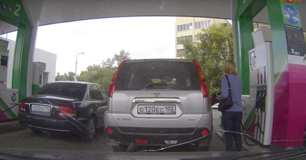 Esta mujer se confunde y mete la gasolina equivocada en un coche que no es ni suyo (Vídeo)