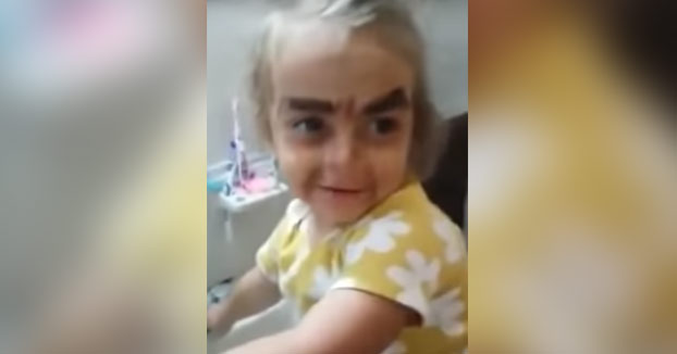 La niña que se maquilló pero no le quedó como esperaba...