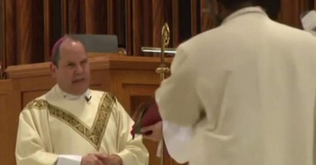 Un obispo latino recibe un brutal puñetazo mientras celebraba una misa (Vídeo)