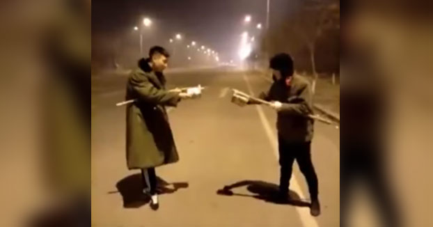 Batalla entre dos jóvenes chinos con fuegos artificiales