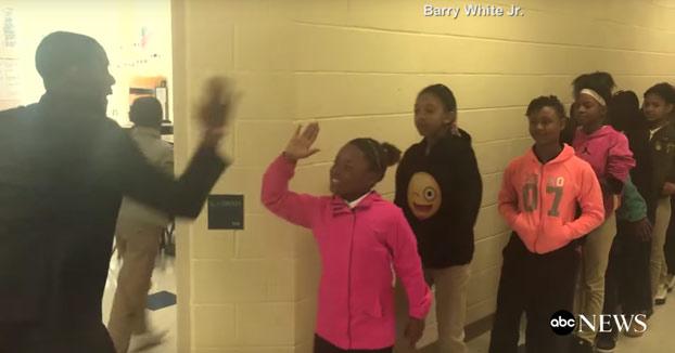 El profesor que tiene un saludo personalizado para cada alumno de su clase