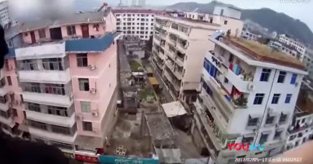 Salva a su mujer a punto de matarse desde un edificio agarrándola de los pelos