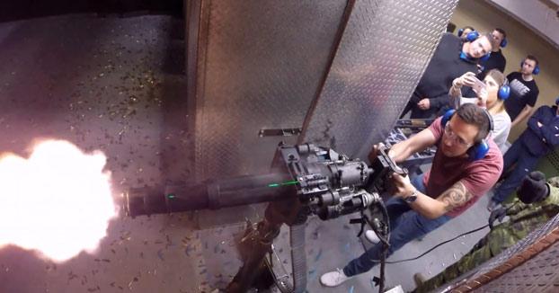 Se gasta 1.000$ en disparar todo tipo de armas en una galería de tiro de Las Vegas