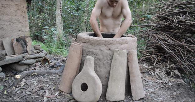Nuestro amigo el primitivo construye un horno para después hacer piezas de cerámica