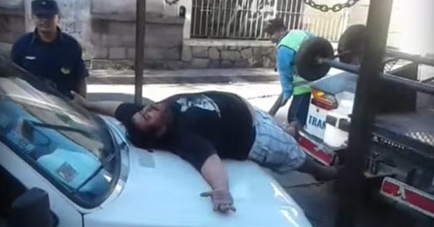 Así es como reaccionó este hombre para evitar que la grúa se llevase su coche