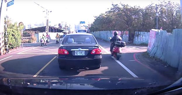 Accidente entre dos motoristas y así es como reacciona la gente...