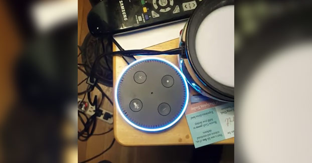 La reacción del robot Alexa de Amazon al preguntarle si está conectado con la CIA