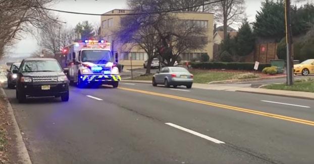 Esta ambulancia se abre paso por la ciudad con uno de los mejores temas