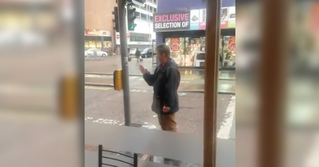 Graban desde el interior de un local como un hombre borracho se enfrenta a un semáforo
