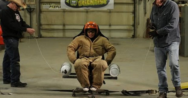 Centrifugado sentado en una silla con una bombona de óxido nitroso a cada lado