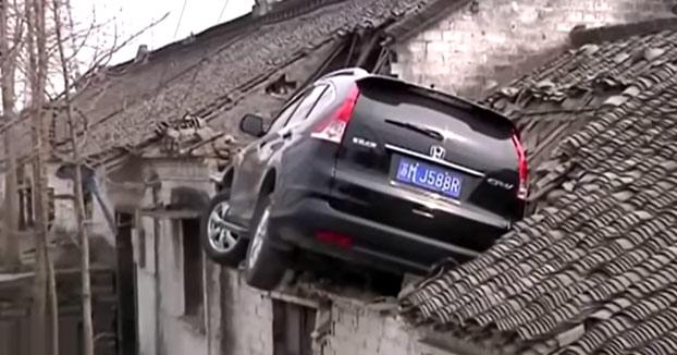 Pierde el control de su coche y acaba encima del tejado de una casa