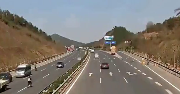 Control de drogas en la carretera: Un coche no se detiene y atropella a uno de los agentes (Vídeo)