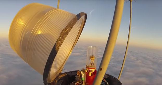 Escala una torre por encima de las nubes (600 metros) para cambiar una bombilla (Vídeo)
