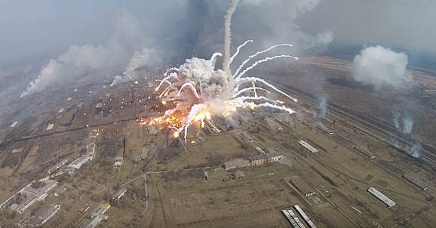 Un drone graba las explosiones producidas en el almacén de armas más grande de Ucrania