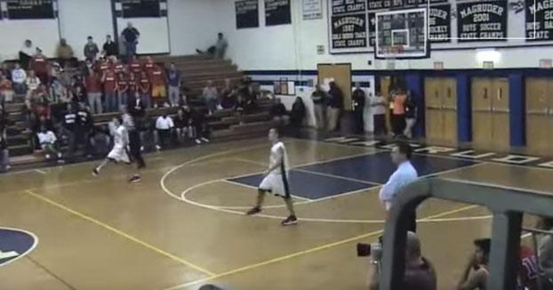 Dos jugadores de baloncesto que son gemelos reaccionan igual en mitad de un partido