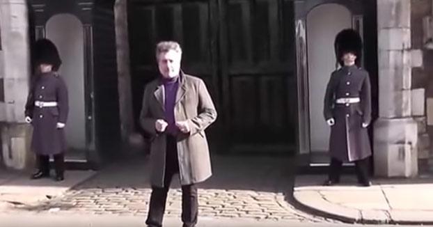 Un miembro de la Guardia Real Británica se enfada con un turista por bailar delante de él