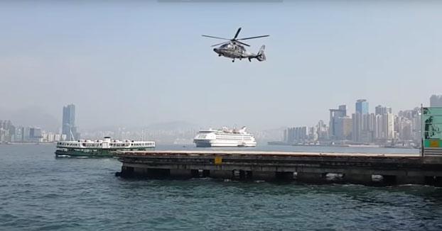 Este helicóptero parece elevarse como por arte de magia