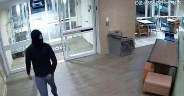 Este hombre enmascarado entra en un hotel para violar a una de las trabajadoras