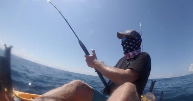 Estaba pescando en kayak cuando un Marlin negro de 220 kg picó el anzuelo. Atención al paseo que le dio