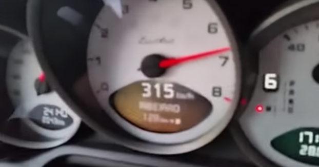 Cuando vas a 300 km/h y piensas que eres el mas rápido de la carretera