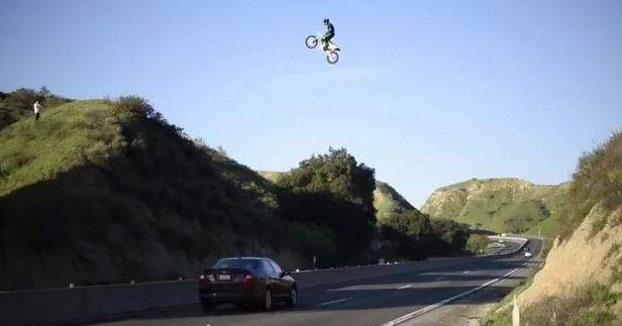 Investigan a un motorista que publicó un vídeo saltando con su moto sobre una autovía (Vídeo)