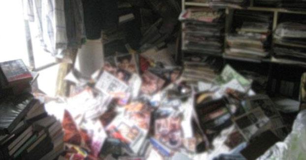 Un hombre muere aplastado por su colección de revistas porno