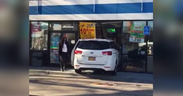 Una mujer se cabrea con dos hombres que la están grabando después de que chocara su coche contra una gasolinera