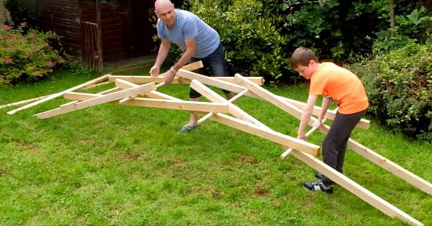 Padre e hijo construyendo uno de los puentes de Leonardo da Vinci