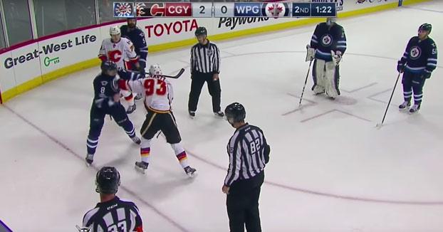 Sangrienta pelea entre dos jugadores de hockey durante un partido de la NHL