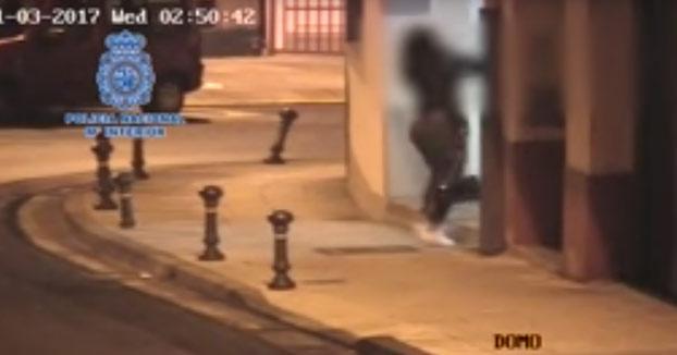 La Policía de Lugo detiene a un hombre tras agredir a su expareja junto a la comisaría (Vídeo)