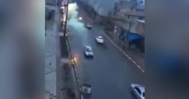 Momento en el que un rayo cae encima de un coche en movimiento