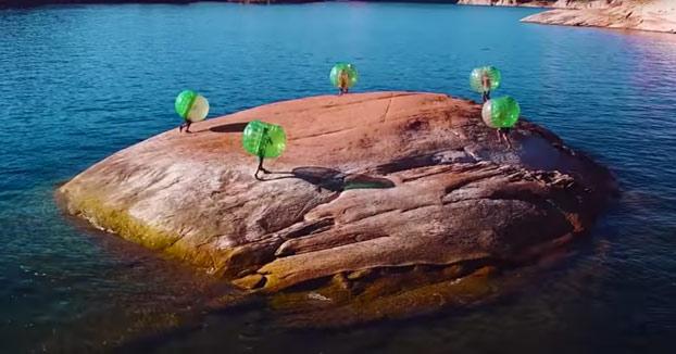 Jugando en una roca enorme al Rey de la Isla con las Zorb Balls