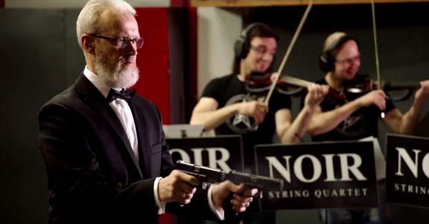 Ruso interpretando a Strauss con dos pistolas