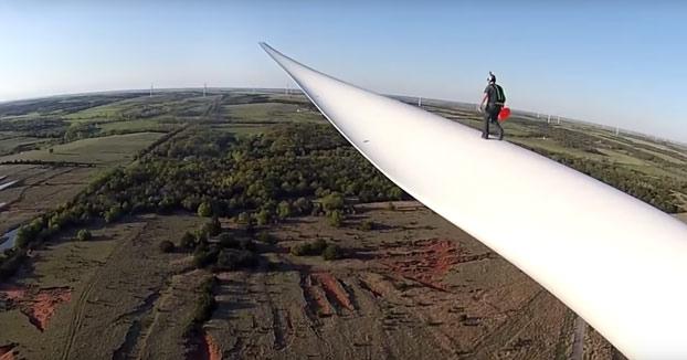 Salto BASE desde la hélice de una turbina eólica
