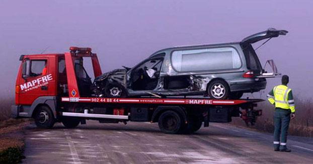 Meten al muerto en la ambulancia y al vivo en un ataúd después de un accidente en Ourense