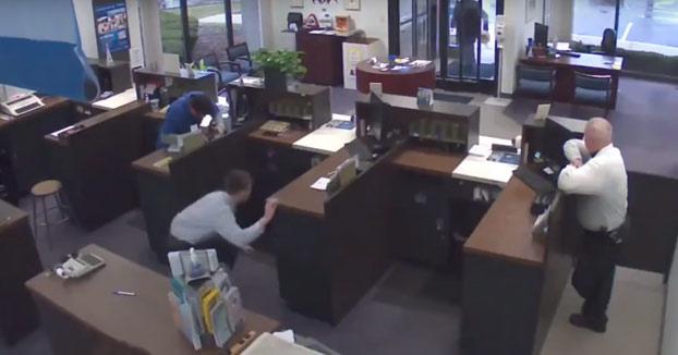 Entró a robar al banco a punta de pistola, pero no llegó a salir: Murió tiroteado por el vigilante (Vídeo)