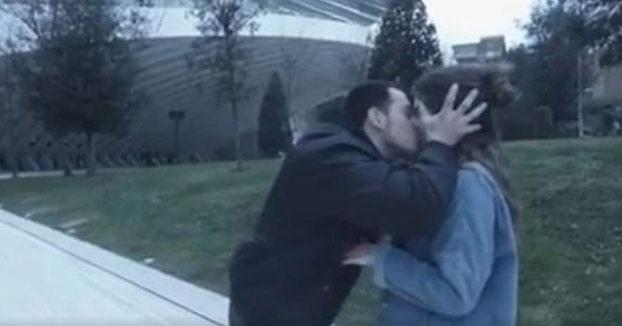 Imputado por abuso sexual el youtuber que besaba a mujeres en Oviedo sin su consentimiento (Vídeo)
