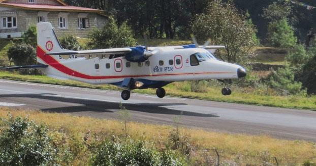 Aterrizajes y despegues en el aeropuerto de Lukla (Nepal), uno de los más peligrosos del mundo