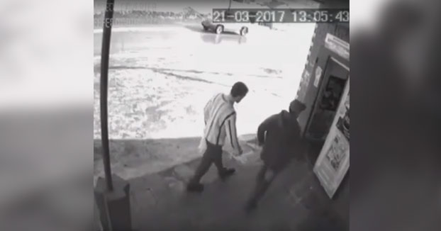 Dos borrachos patean la puerta de una tienda y su propietario sale para darles una lección