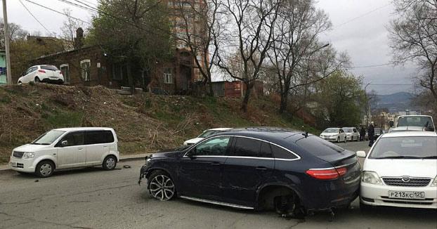 Esta chica de 22 años perdió el control de su Mercedes en una calle y la lió parda