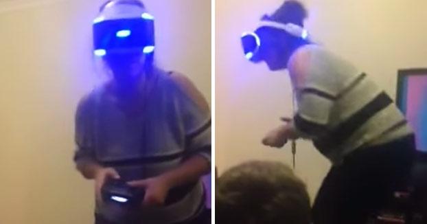 400 euros a la basura: Chica jugando al Resident Evil con las Playstation VR