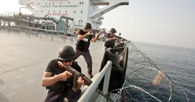 Guardias privados de seguridad defendiendo el barco disparando contra Piratas somalíes