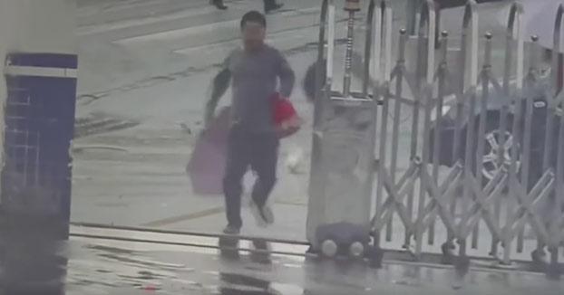 El ladrón más tonto del mundo le roba el móvil