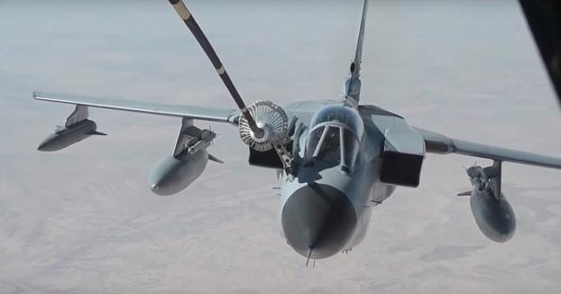 La maniobra que hacen los caza para repostar en pleno vuelo