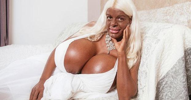 Martina Big, una modelo alemana adicta al bronceado y con el pecho más grande de Europa