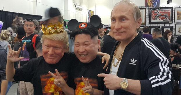 No son Trump, Putin y Kim Jong-un bailando, son tres máscaras hiperrealistas