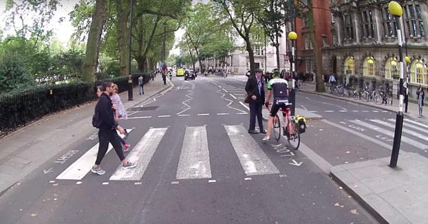 ''¡Tienes que parar, es la ley!'' Peatón bloquea a un ciclista en un paso de cebra